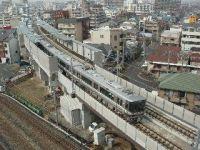 おおさか東線新加美駅付近を走行する直通快速