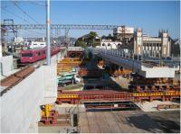 播但線電車が走る旧高架橋(当日撤去)と横取り架設する新高架橋