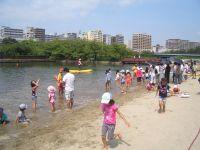 大阪ふれあいの水辺で遊ぶ子供