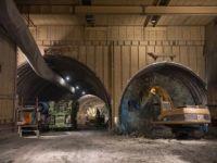 名塩道路八幡トンネル工事 約1mの離隔である上下線を併進掘削している状況